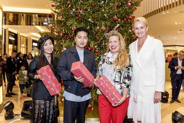 Bag Snob, Mr Bags, Boyarde, Sibylle Scherer posing with their personalized gifts from DFS